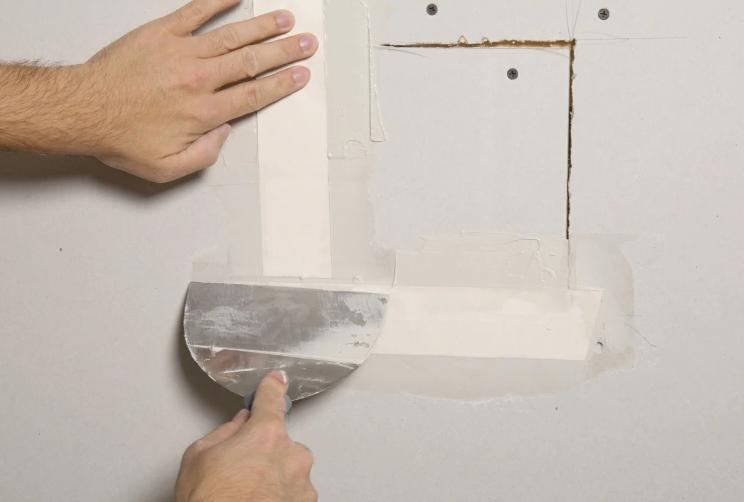 así puedes reparar paredes de yeso dañadas