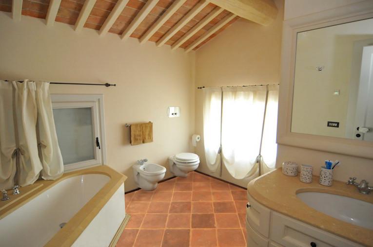 Pros y contras de instalar terracota en el cuarto de baño