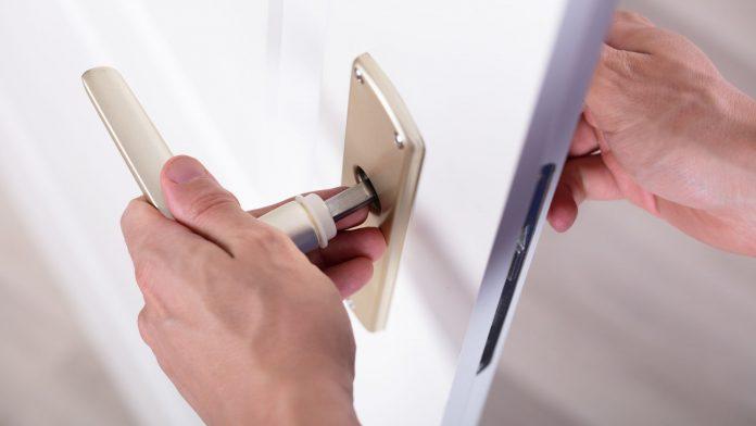 Cómo cambiar la manilla de una puerta