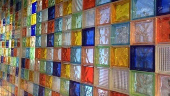 Decorar el salón con bloques de vidrio